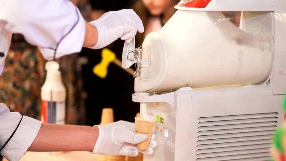 Остудите сироп, смешайте его с малиновым пюре и лимонным соком, поместите в мороженицу nemox, к примеру в gelato chef rossa, и готовьте 20 минут.